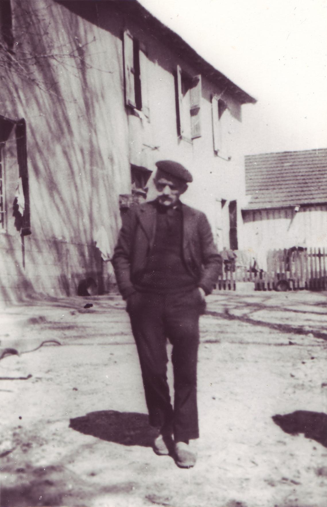 Joseph devant la maison
