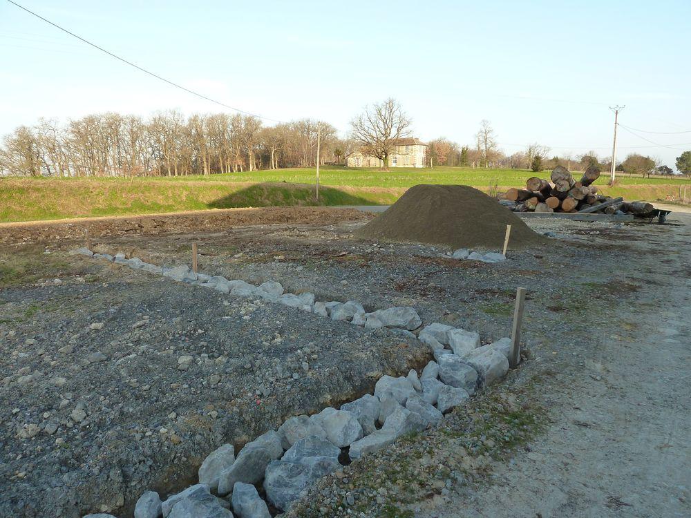 Toujours les fouilles et, au loin, les grumes de chêne
