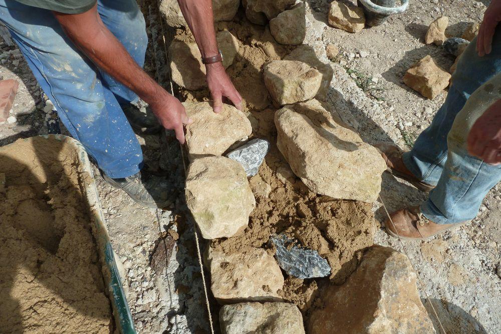 Une pierre bien calée et quelques cailloux de Hèches cachés