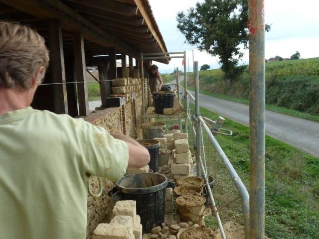 Le maçon terre crue et son stagiaire